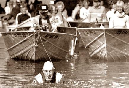 Джак Лалейн дърпа 70 лодки с хора за седемдесетият си рожден ден през 1984 година
