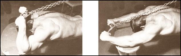 Разгъване на скрипец над глава коленичил на пода
